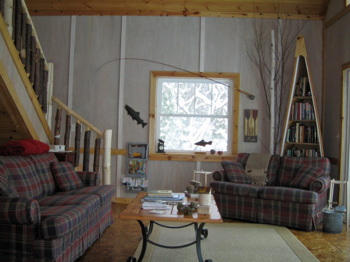 Decorating a cabin with vintage finds rustic crafts chic decor - Cabin living room decor ...
