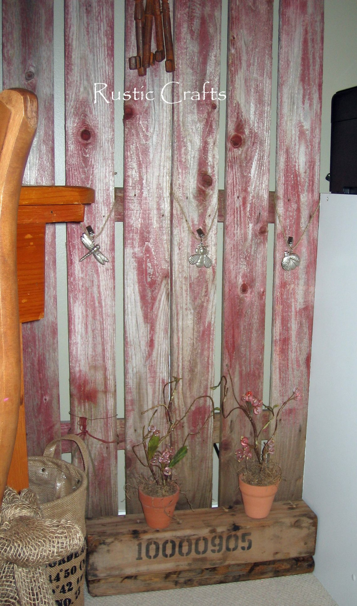 Use An Old Picket Fence For Unique Wall Decor | Rustic Crafts ...