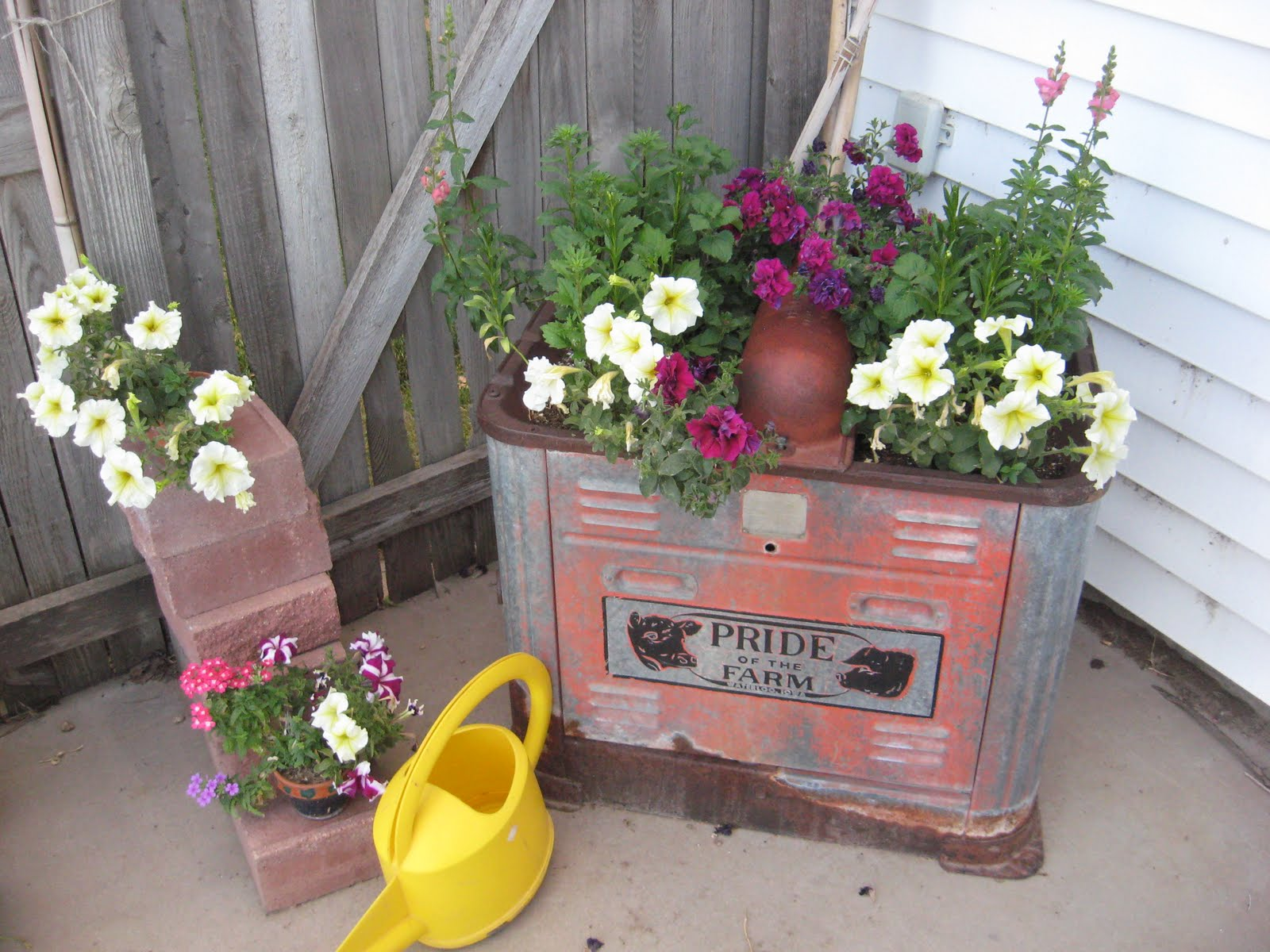 Decorating with junk gives you some of the best style for Rustic outdoor decorating