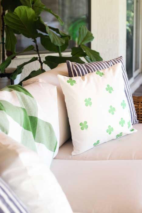 St. Patricks day crafts - diy clover pillow
