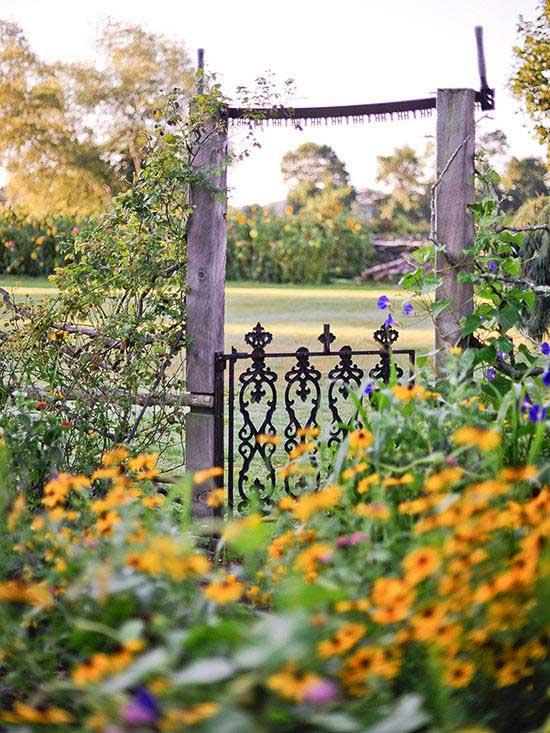 rustic outdoor decor ideas - a DIY rustic garden gate