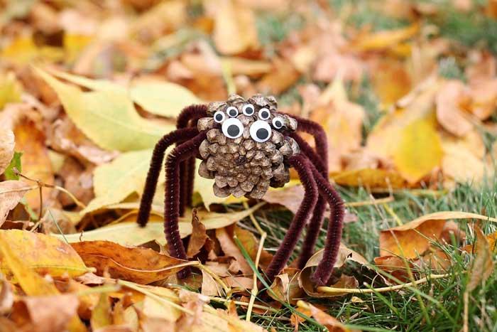 quick Halloween crafts- pine cone spider