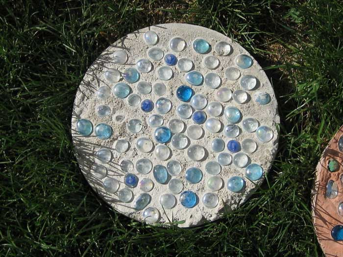 diy stepping stone with marbles